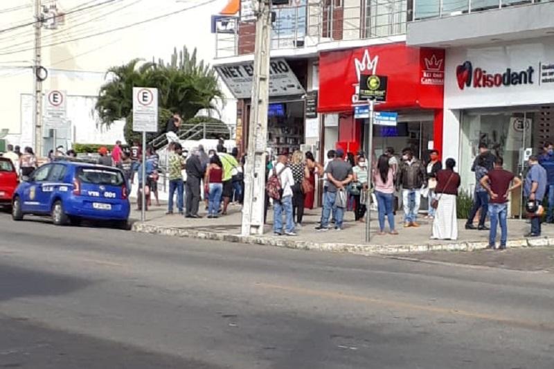 Agências bancárias da região apresentam aglomerações no 1º dia útil de lockdown