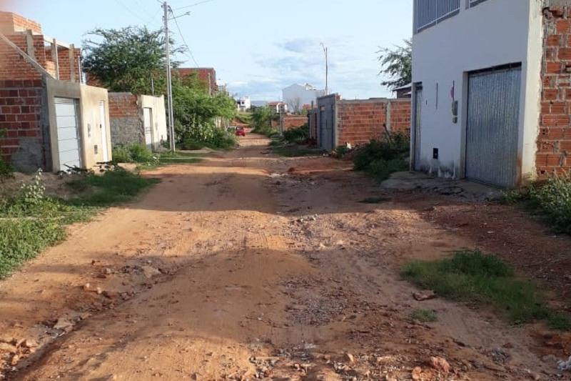 Brumado: 'Placa indica pavimentação em rua do bairro Rodoviário, mas ela nunca chegou', afirmam moradores