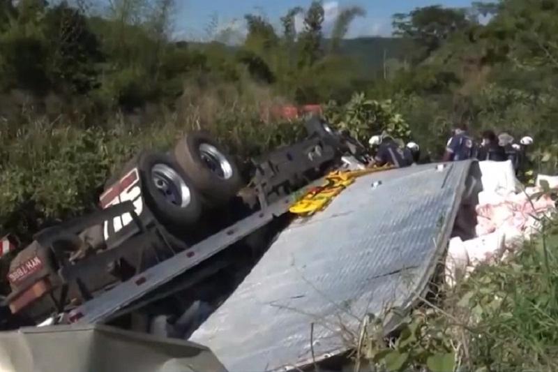 Caminhão tomba em ribanceira e deixa feridos em Conquista