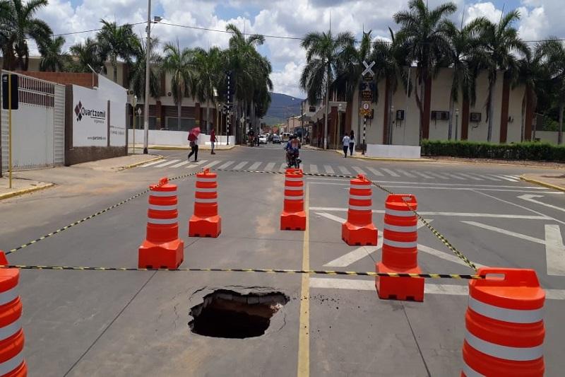 Brumado: Cratera se abre em antiga galeria de água próximo a 'passagem em nível' na rua que liga os bairros São Felix ao Centro