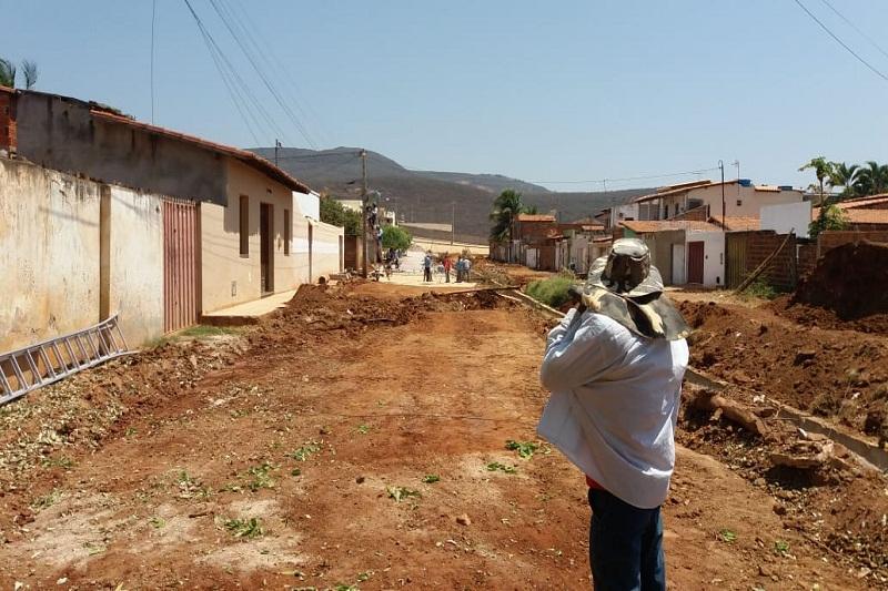 Brumado: Prefeitura retoma obra parada há meses e inicia pavimentação de acesso a rua Padre Cícero