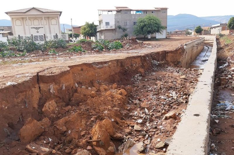 Muro de canal do 'Riacho do Bufão' cai após chuva em Brumado