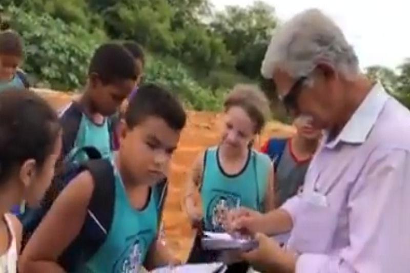 Brumado: Estudantes participam de tarde de autógrafos com prefeito Eduardo Vasconcelos