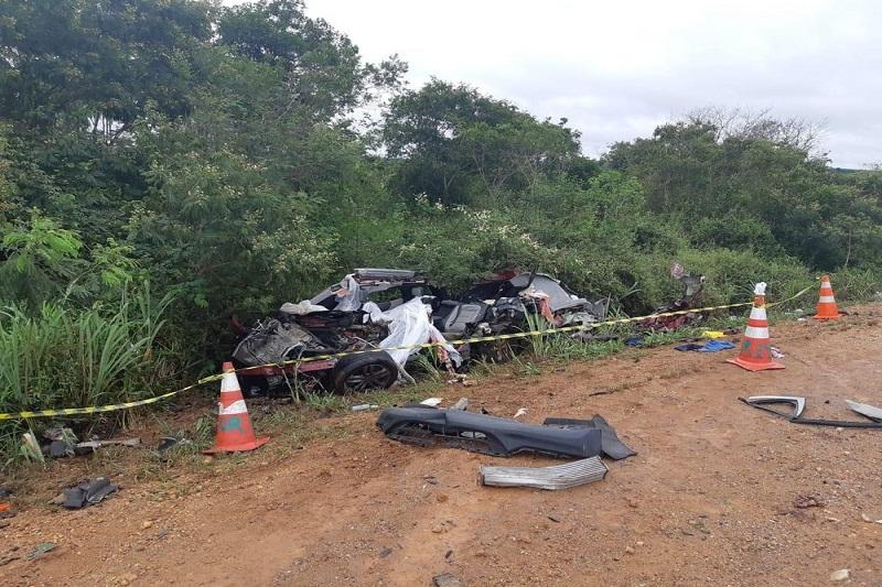Quatro morrem após batida entre carro e caminhão na BR-116, região de Cândido Sales
