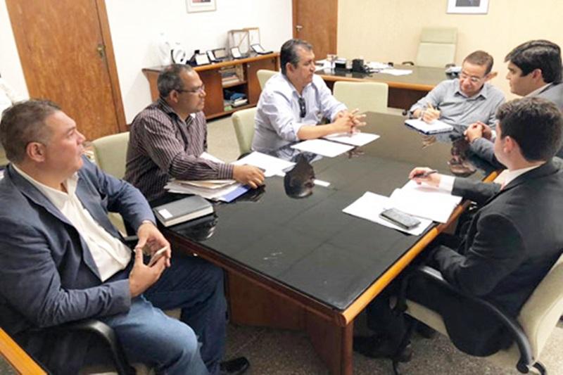 Em reunião na Secretaria de Recursos Hídricos, Léo Vasconcelos participa da assinatura de importantes projetos para Brumado