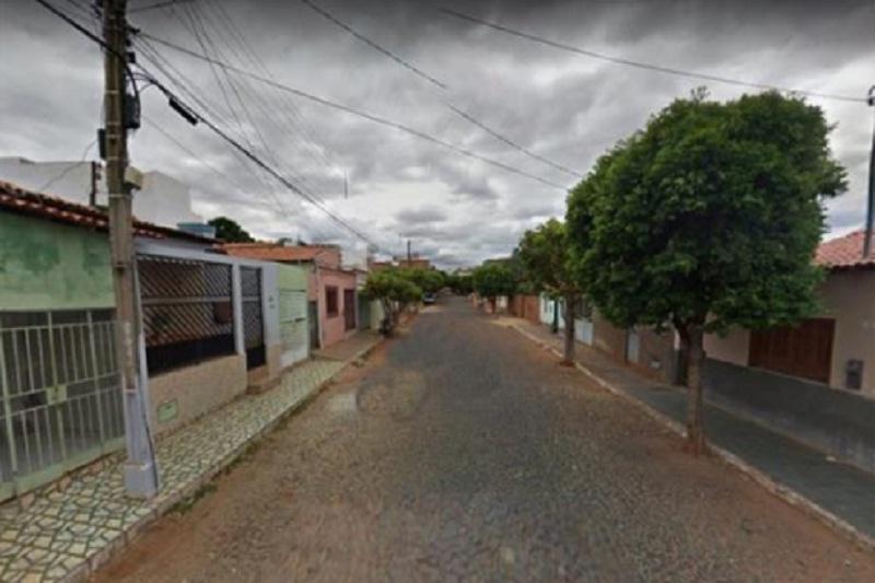 Caculé: Homem é encontrado morto na garagem de casa; polícia apura causa da morte