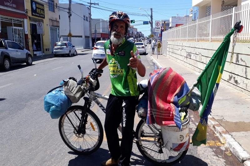Em passagem por Brumado, ciclista gaúcho pedala em gratidão a Deus após obter cura