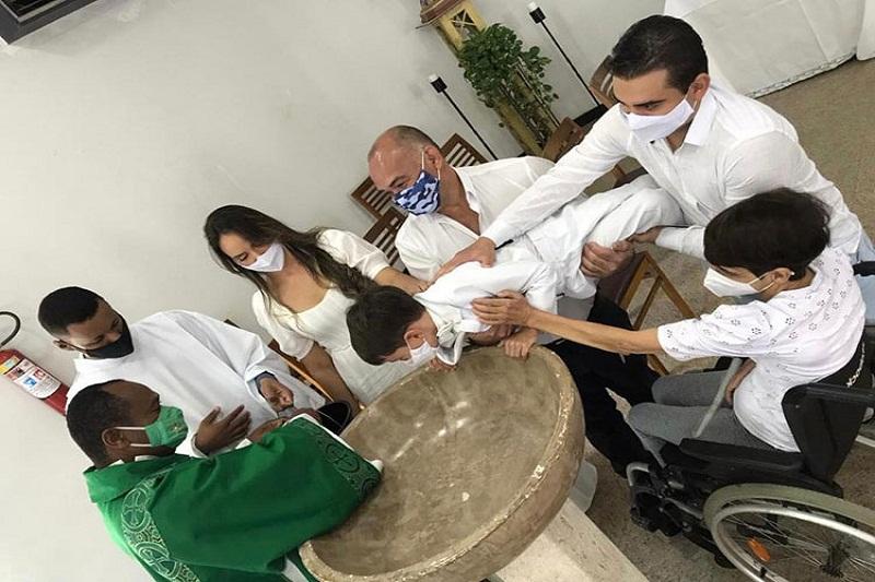 Vitória da Conquista: Viralizou na internet o vídeo em que criança reclama de diácono durante batizado; 'Não está sabendo batizar, não?'
