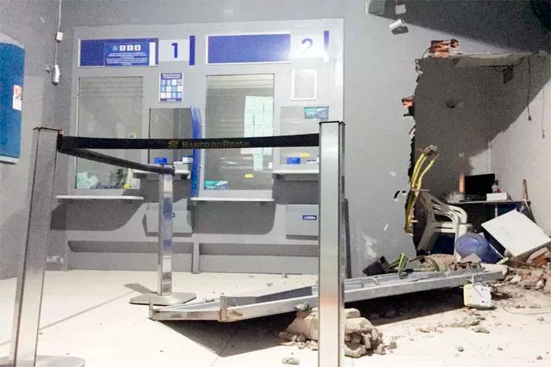 Porta de ferro de lotérica é arrancada por criminosos durante assalto
