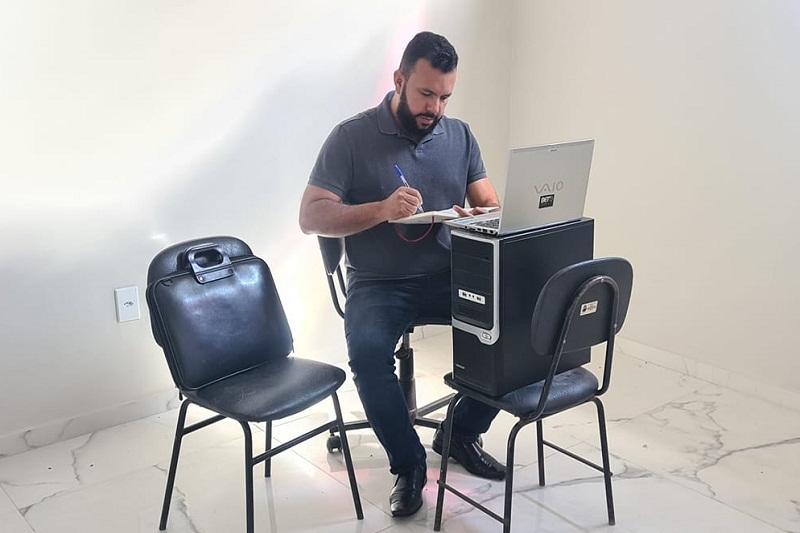 Brumado: Em nota, vereador denuncia que recebeu gabinete sem móveis e computadores