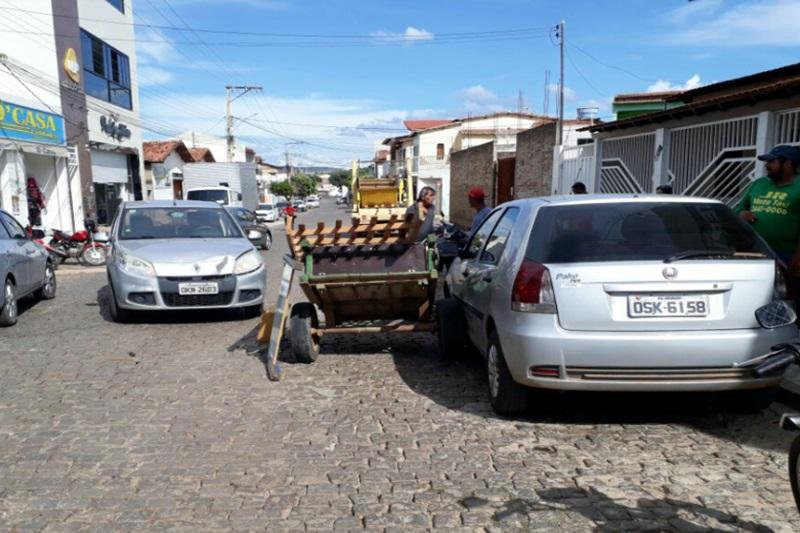 Brumado: Sacola provoca colisão entre carroça e 2 veículos; carroceiro foi arrastado e animal fugiu desembestado