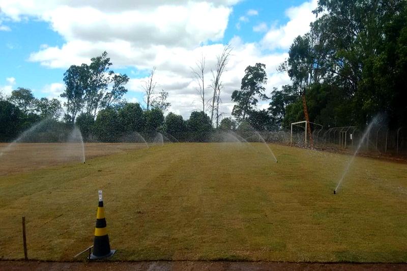 Com viva o futebol, RHI Magnesita revitaliza campo de futebol na Vila Catiboaba